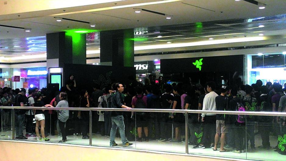 本港電競企業雷蛇分店前總是人山人海。
