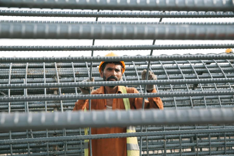 中巴經濟走廊最大交通基建項目白沙瓦至卡拉奇高速公路正在建設中。