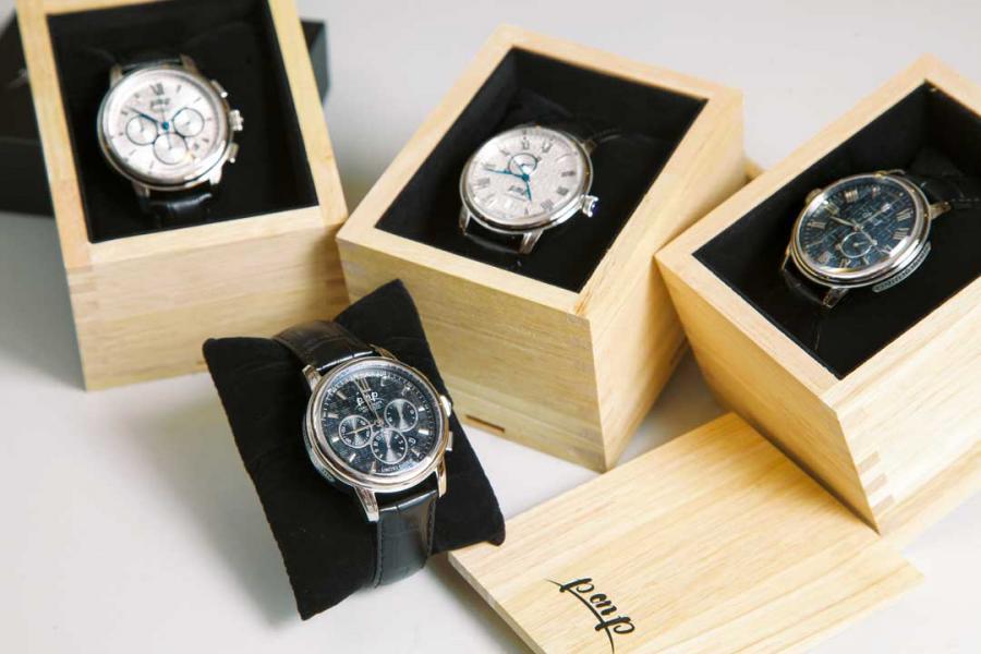 「天干地支」系列使用日本SII高級自動機械機芯,兩款系列分別設有計時及24小時顯示功能,「天干地支」圖案油壓紋錶面鑲嵌了字釘,令錶面更富立體感之餘,亦突顯了系列主題。