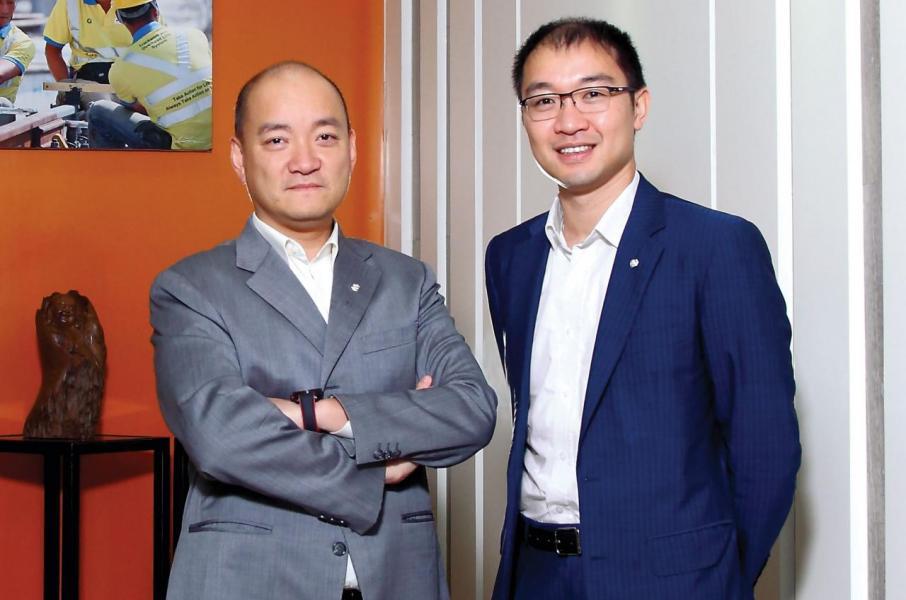 亞洲聯合基建主席彭一庭(左)和行政及營運總裁彭一邦(右)分享公司的點滴與未來大計。
