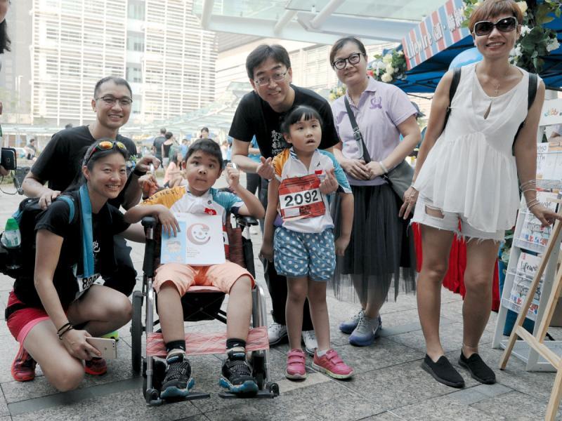 「護‧聯網Lifewire」創辦人、彭一邦(左一)及香港特別行政區政府食物及衛生局前局長高永文醫生(右一)與「極地同行」選手及罕見病病童一同與賽事。