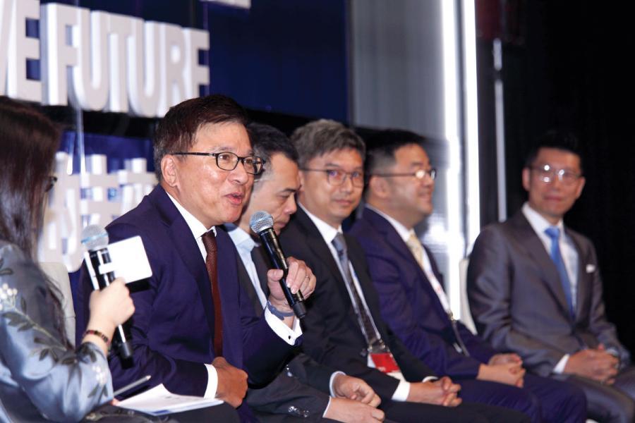 香港科技大學工商管理學院兼任教授、財經事務及庫務局前局長陳家強(左一)。
