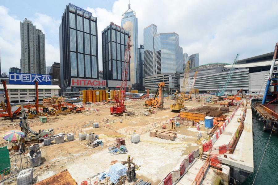 香港不少土地都是填海得來,圖為中環及灣 仔填海計劃工地。