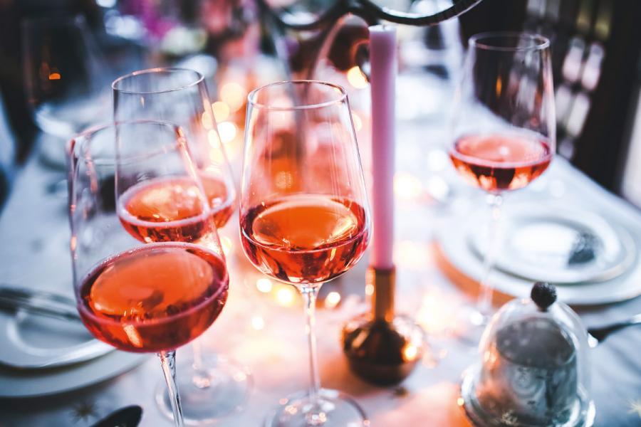 近年白葡萄酒特別是粉紅酒深受年輕及女性消費者歡迎。