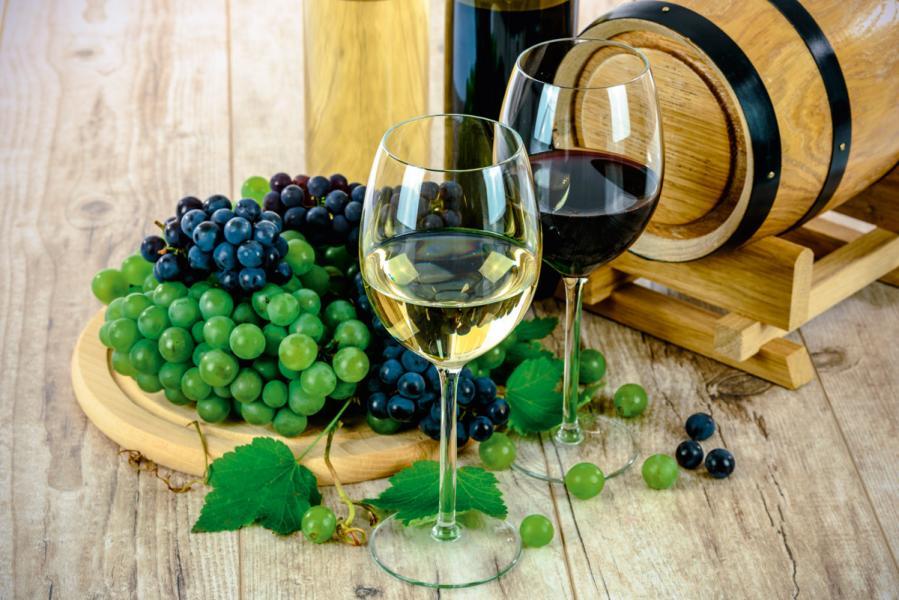 在「貴精不貴多」的趨勢推動下,全球葡萄酒消 費額增長遠超於消耗量。