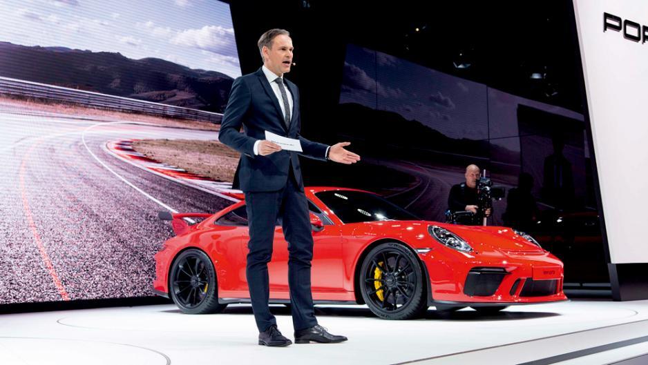 保時捷董事局主席Oliver Blume於日內瓦車展中介紹新款911 GT3。