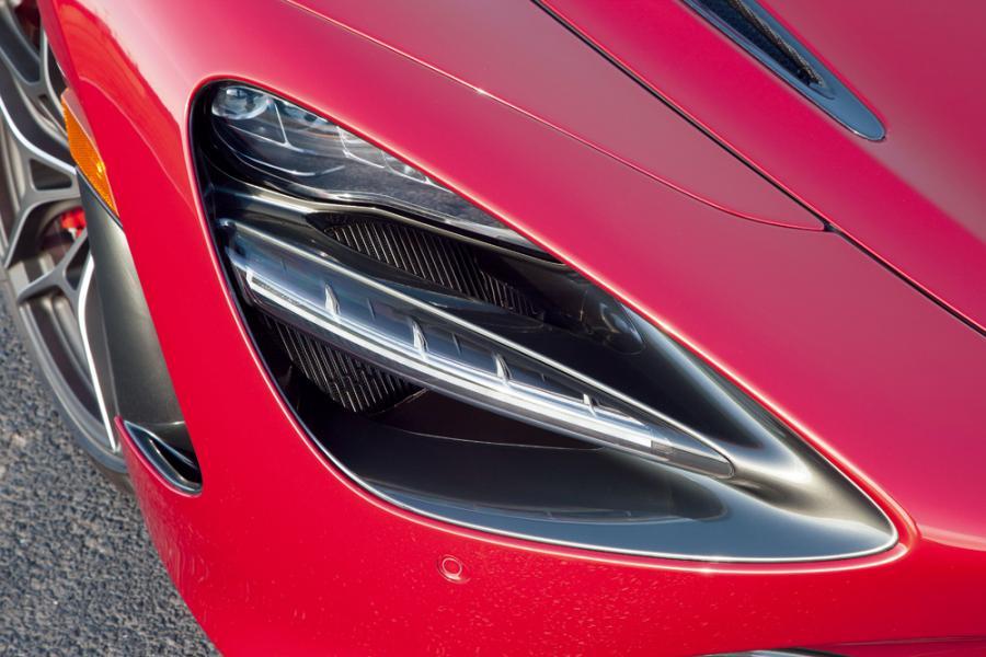 跟外星人大眼睛有點相似的「車頭燈」,其實是窄長的LED燈加上後面隱藏著的進風口組合而成。
