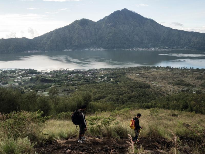 落山時,登山導遊專程帶我們去看火山。