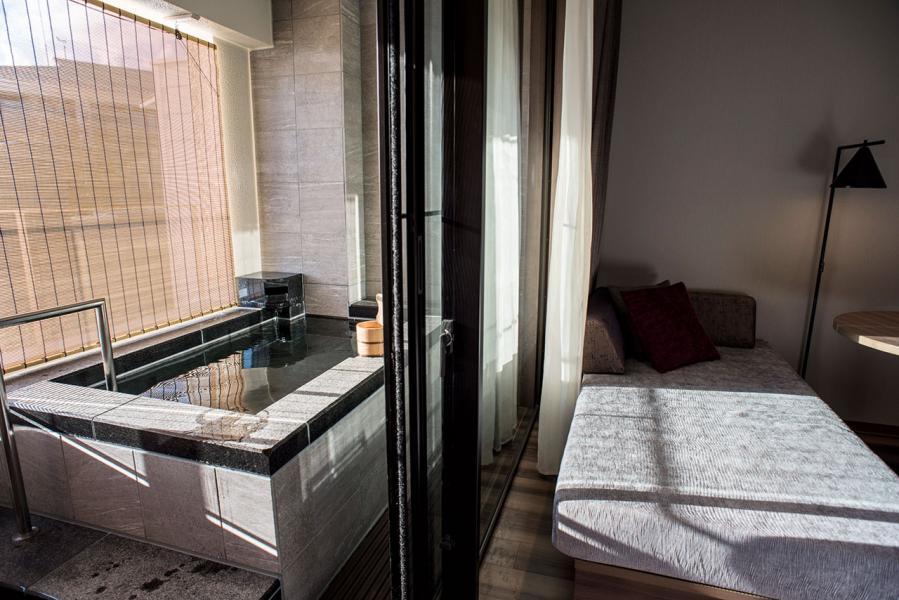 露台的風呂與睡房有落地玻璃門相隔,不會令房間熱氣騰騰。