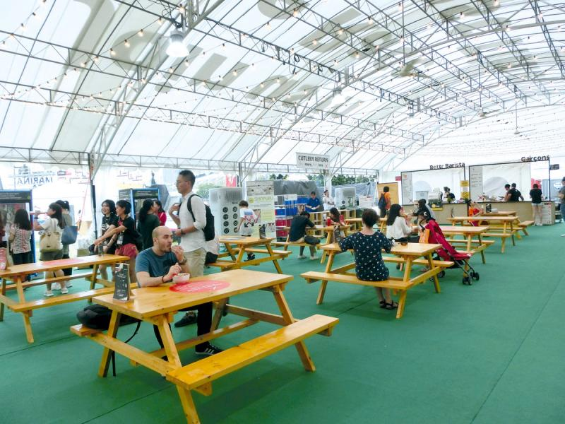餐飲區的桌椅均由循環再造的物料製成。