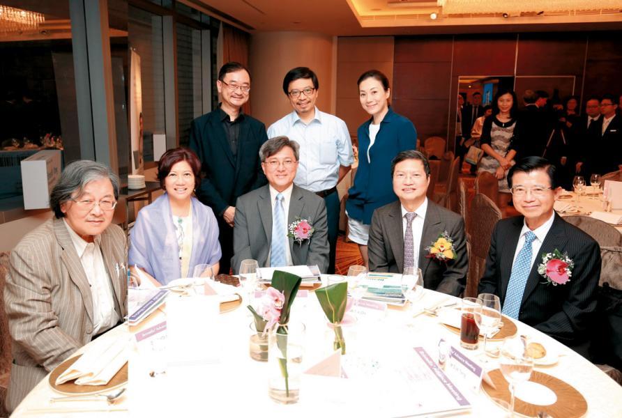 前排左起:蔡堅醫生、潘淑嫺、王明爍醫生、羅世安醫生、鄧兆華教授。後排左起:李福基醫生、周偉文醫生、張可頤小姐。