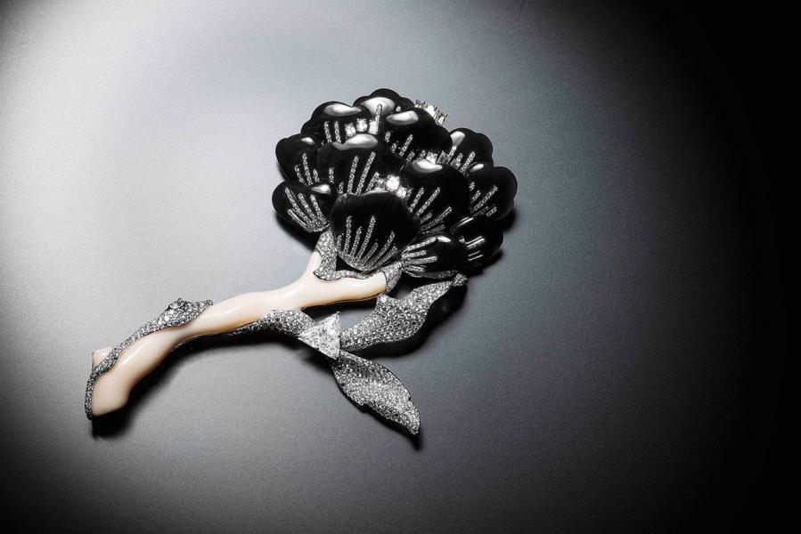 Rachel的作品,向來以大膽見稱,從不炫耀奢華,擅長以質樸的黑色寶石展示新的奢華概念。