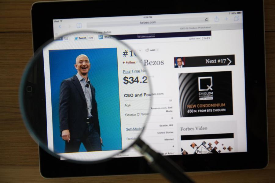 美國亞馬遜公司CEO傑夫·貝索斯(Jeff Bezos )以身家淨值1310億美元(約1.02萬億港元)蟬聯榜首位置。