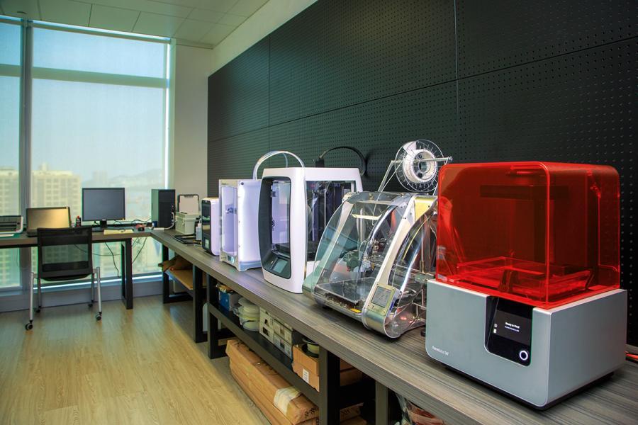 中心內設有多款先進3D打印機器。
