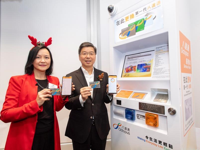 八達通行政總裁張耀堂(右)與營業及市務總監李玉兒示範如何登記「查閱過去三 個月的八達通消費紀錄」服務。