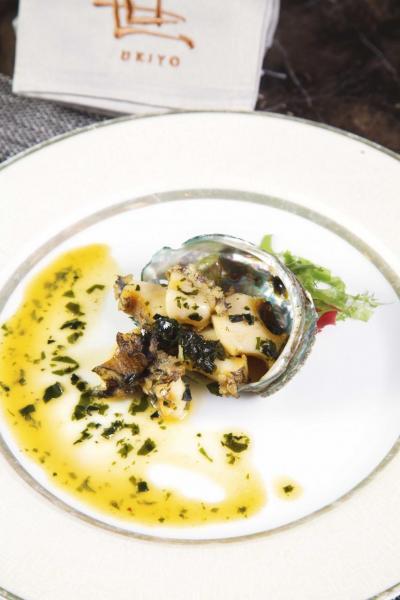 黑鮑魚配海帶汁:產自日本北海道的黑鮑魚不但肉質嫩滑,而且口感彈牙,再淋上以清酒、木魚汁、海帶調製而成的醬汁,令鮑魚的鮮味更突出。