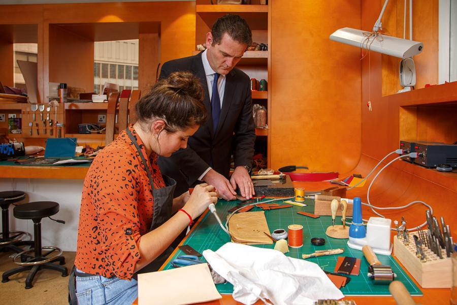 這位來自法國的年輕工匠今年只有二十多歲,對皮革製造一絲不苟,是法國皮革業追夢的代表之一。