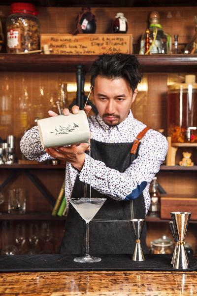 Kit Cheung(調酒師)調酒顧問,政府調酒課程導師,調酒學校創辦人;在英國歐洲及香港總共有超過15年調酒經驗,亦是當今香港其中一位最知名的調酒師,擅長將本地食材融和西方調酒。