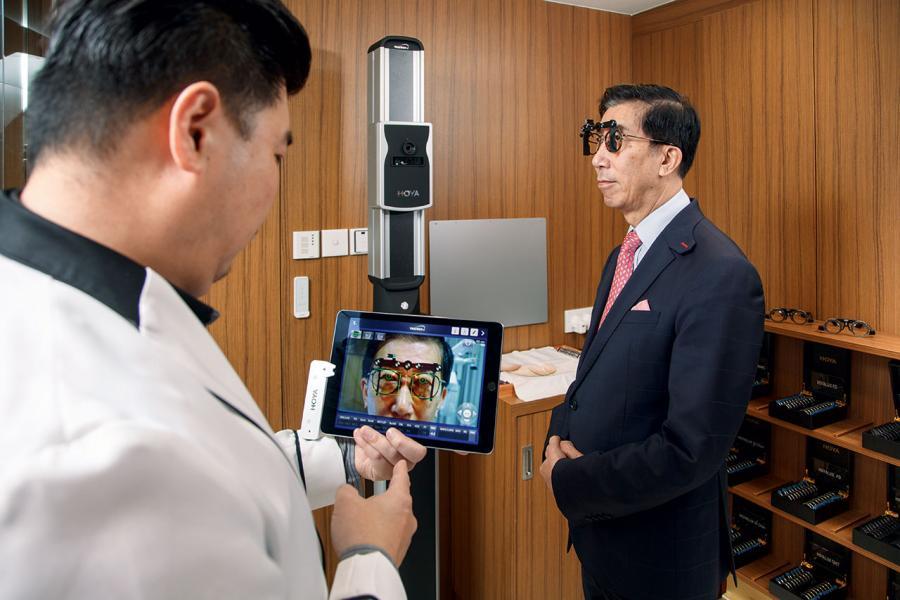 測量儀器HOYA TrueView i能準確收集鏡框形狀及尺寸、瞳孔距離和佩戴位置等數據。