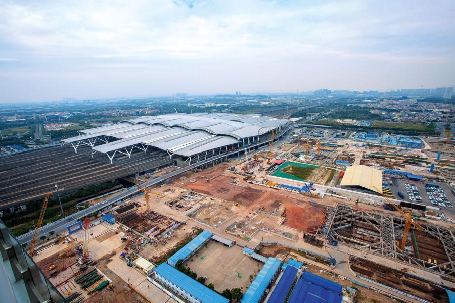 廣州南站旁附近大興土木,周邊將有大型綜合發展項目、商廈及住宅群相繼落成,形成一龐大的商圈。