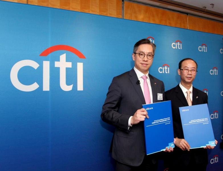 香港花旗銀行總經理林智剛(左)及花旗銀行市務部市場研究部主管周偉傑(右)發表《香港千萬富翁調查報告2018》。