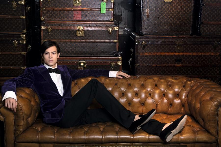 白色恤衫 $6,100/ 紫色天鵝絨禮服 $39,900/ 黑色煲呔 $1,300/ 黑色長褲 $9,100/ 黑色絲絨鞋 $5,500(ALL FROM RALPH LAUREN PURPLE LABEL)
