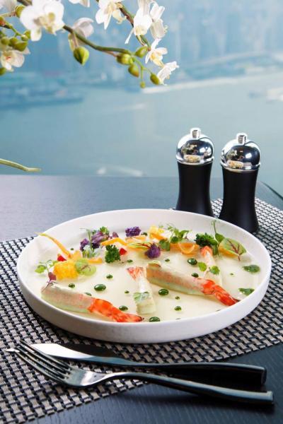 Shrimp 'Parisian style', fresh jelly tomato:竹簽蝦入口彈牙,配以蕁麻汁及用蕃茄清湯做成的啫喱,提升了蝦肉的鮮味,成就了這道清新開胃的前菜。