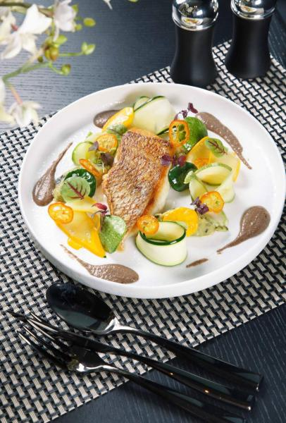 Line-caught snapper, courgettes-violon, pissalat condiment:日本鯛魚煎得外皮香脆,肉質肥美結實,伴以法國青瓜及銀魚汁,有助中和魚肉的膩滯感。
