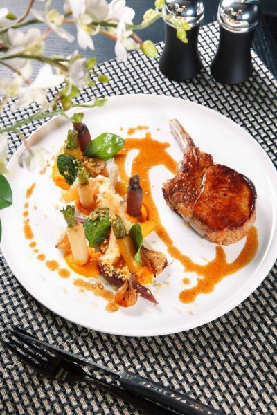 Farmhouse veal from France:烤至大約6成熟的法國牛仔肉,肉質鮮嫩,伴以紅色、橙色、黃色甘筍茸,以及牛仔骨汁,令肉味更香濃。
