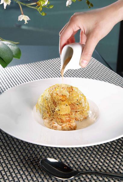 Paris Brest:傳統Paris Brest是一個圓形的夾心餅,大廚將之改良成榛子忌廉泡芙,並配以榛子雪糕、榛子碎、杏仁,再加上糖絲做裝飾,令賣相更精緻。