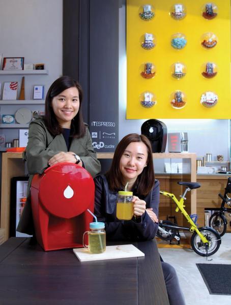 姊姊李明心(Mazing)(右)及妹妹李港慧(Connie)姊妹同心,秉承父親遺傳的設計師及創業家基因, 共同創業。