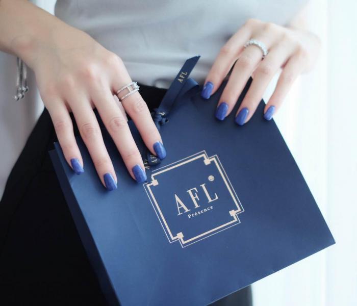 Fiona最近亦推出了珠寶系列,當中包括多款以18K白金或925純銀配襯鑽石、珍珠、鋯石打造而成的首飾,例如戒指、耳環、手鏈、胸針、項鍊等。
