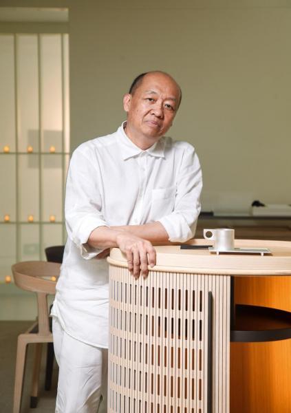 盧志榮,香港土生土長的海外華人設計師。於1980年代前往北美留學,獲得獎學金於哈佛大學修讀建築設計碩士,並在歐洲以建築設計及傢私設計享譽盛名。