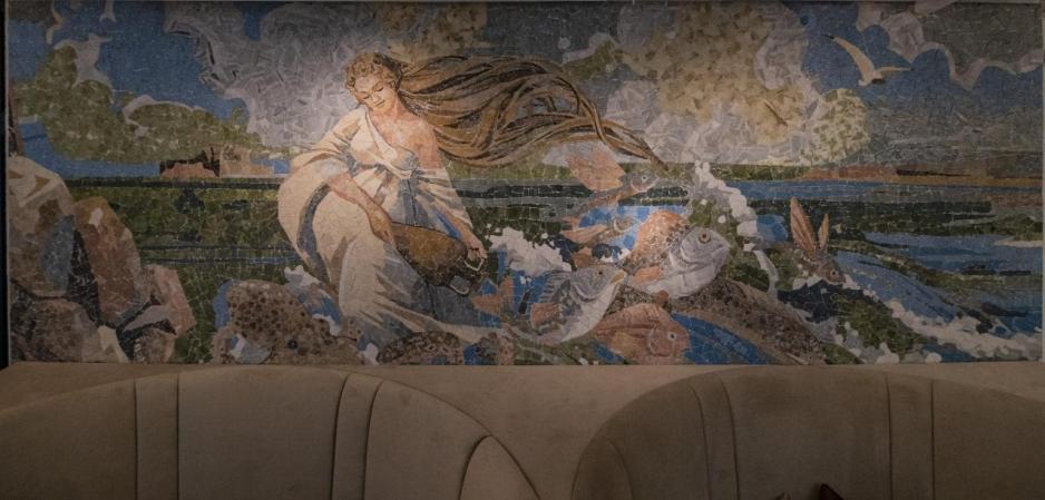 設計師利用以大海、海洋生物為主題的壁畫,以及希臘馬賽克藝術,營造出七彩斑斕的視覺效果,再配合設計時尚的吊燈及落地玻璃窗。
