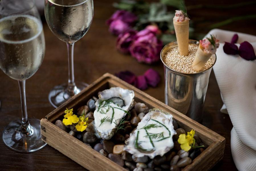餐前小吃:龍蝦煙三文魚脆筒及生蠔