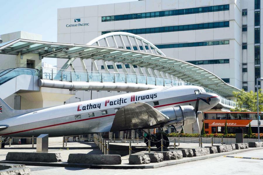 國泰航空近年雖有增聘人手,卻未及航班所需,加上公司對沖原油成本策略失效,最終要進行大規模裁員。