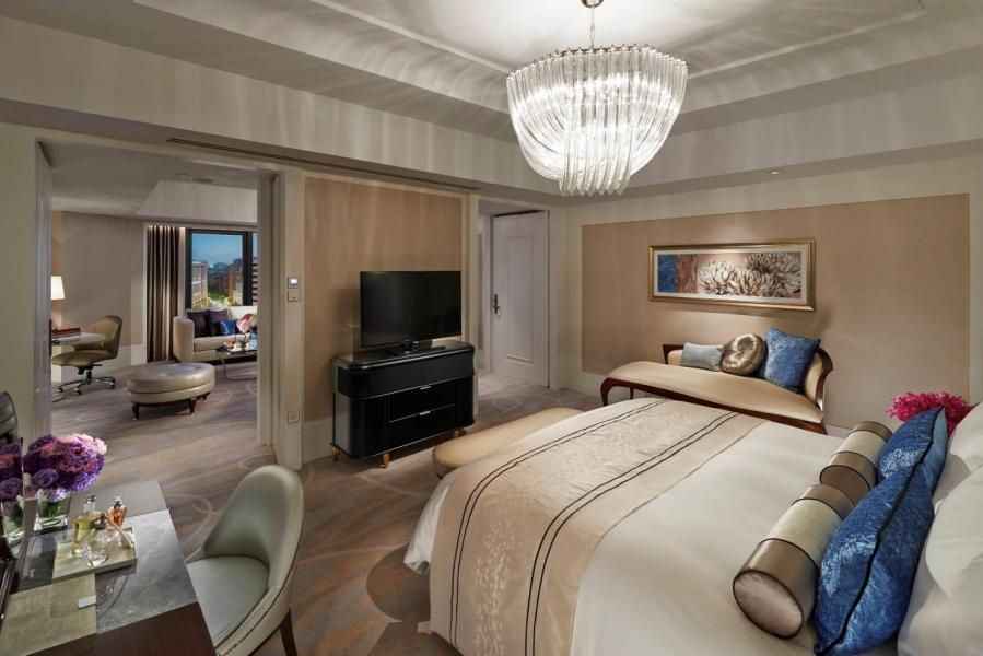 客房的陳設貫徹酒店的奢華風格,但卻恰到好處,華麗的水晶燈飾、雕花皮革牆面、設計優雅的家具,再加上落地玻璃窗設計,感覺既高貴又舒適。