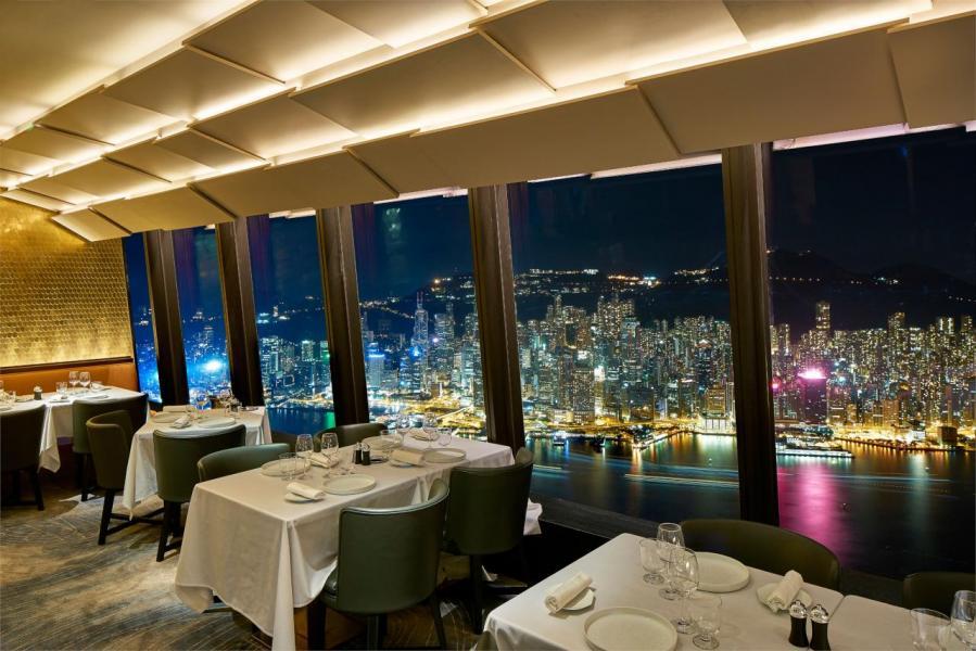 餐廳的室內設計以金色作主調,簡約時尚,並採用落地玻璃窗設計,讓天然光線滲進室內,再加上璀璨維港美景的點綴,令人目不暇給。