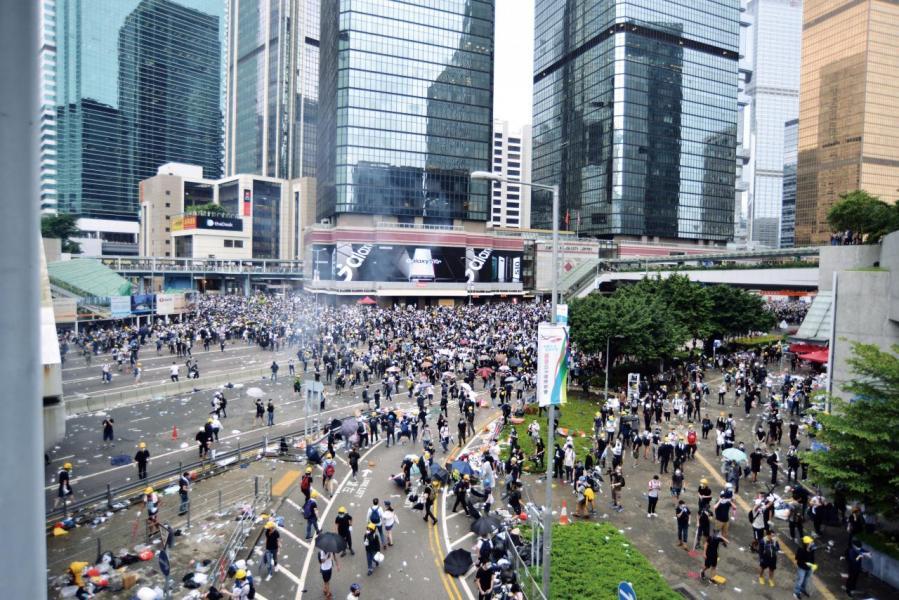 大批市民週三湧到金鐘集會,最後演變成暴力衝突。