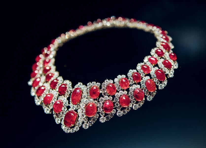 稀有的寶石,加上大膽的用色,成為品牌創作的一大特徵。