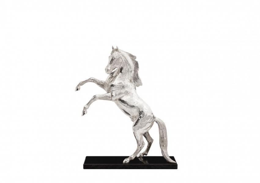 躍馬奔騰,純銀製造配黑色雲石,全球限 量編號20件,附有證書及設計師印記;HK$347,000。