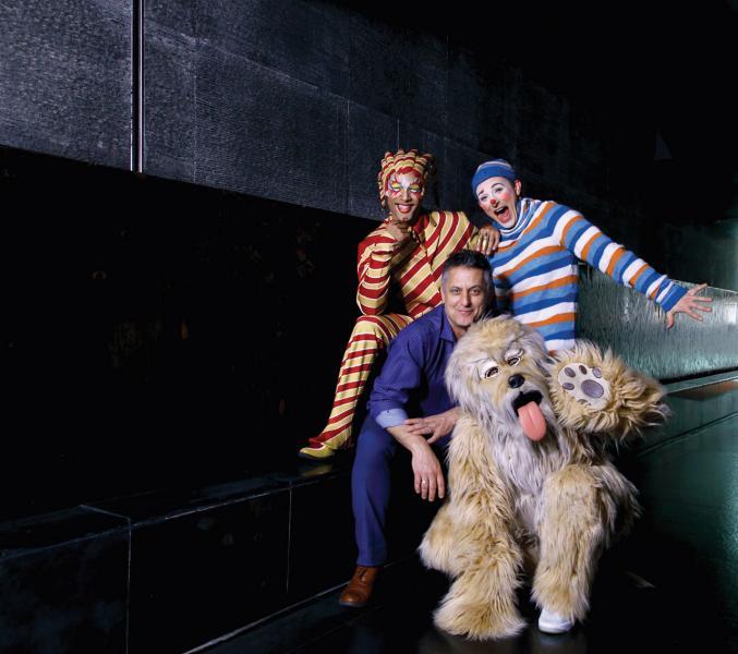「Kooza」的美術總監Dean Harvey,與劇目中的演員。