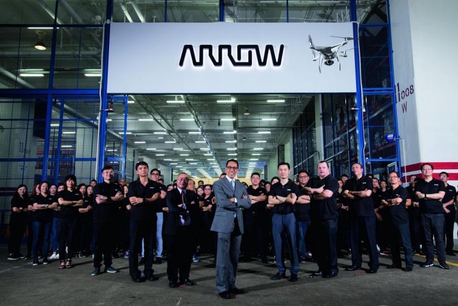 余敏宏及物流團隊於艾睿香港主要物流管理中啟動獲獎的無人機項目。