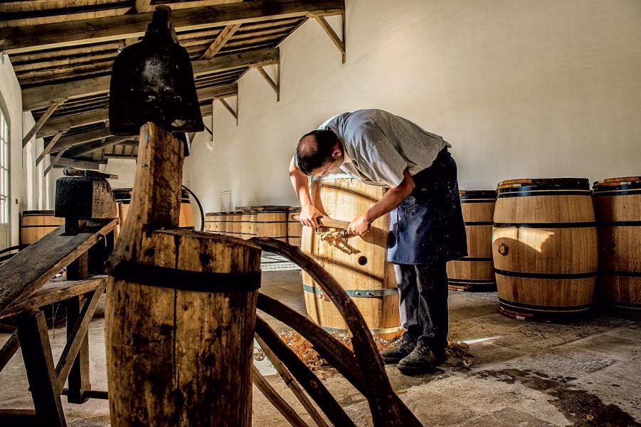 瑪歌酒莊所沿用的手製木酒桶。