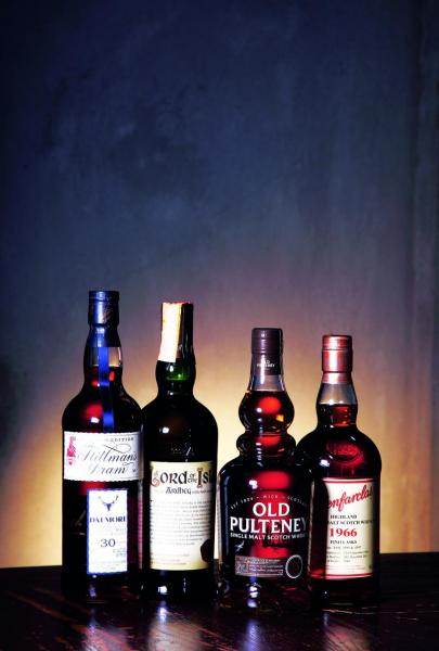 除了基本酒款以外,還有多枝珍藏,包括(左起)Dalmore 30 年連主釀酒師簽名.Ardbeg lord of the isles、Old Pulteney 35年。