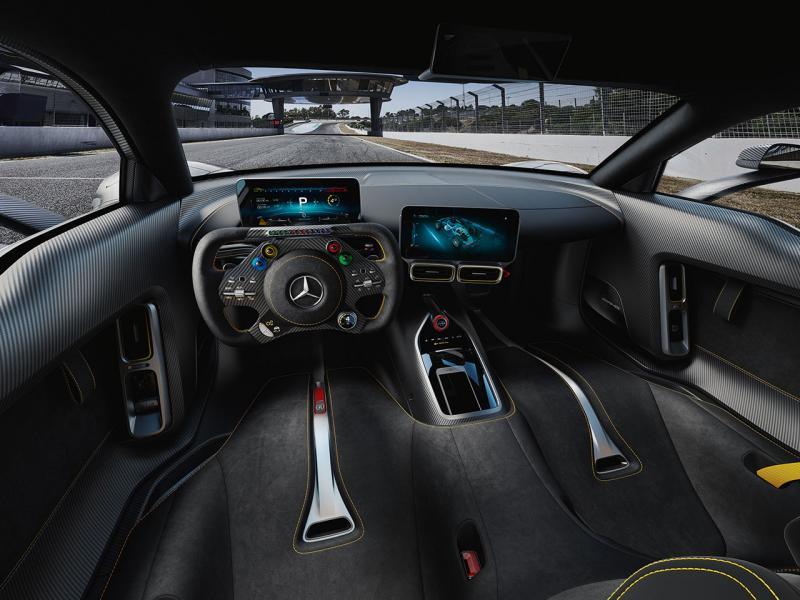 軚盤設計模仿了F1賽車的設計,按鍵多之餘也有轉數 LED 燈作提示。