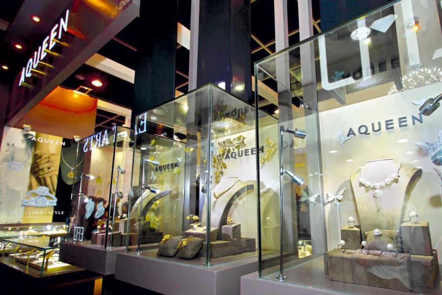 AQUEEN是由杜源寧創辦的香港珠寶品牌。