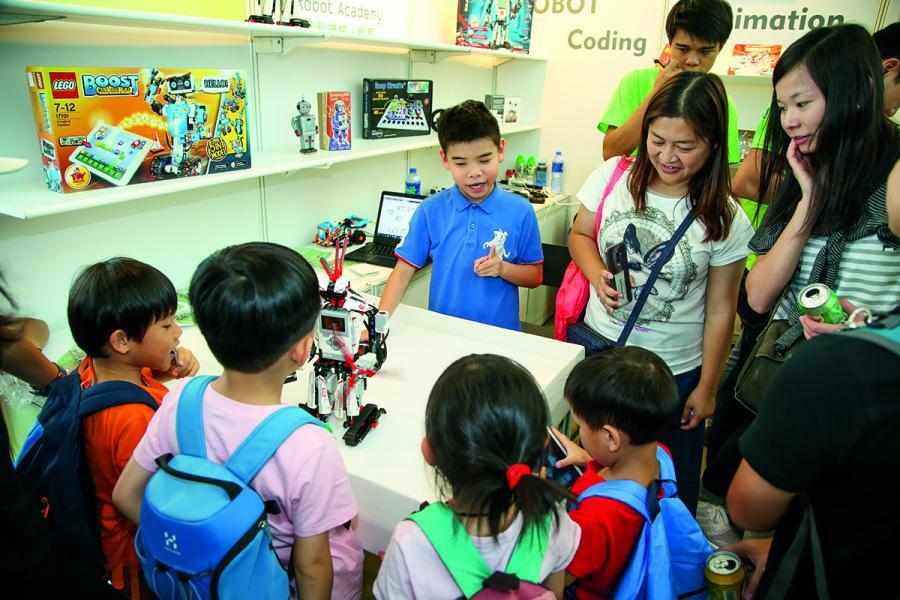 不少父母帶同子女入場,搜購課外學習類素材及書籍。
