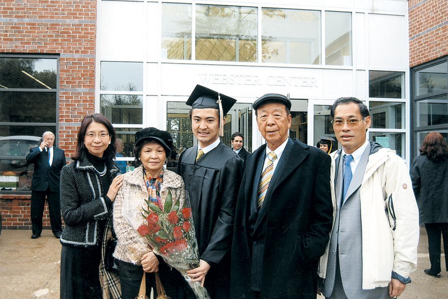 鄧宇聰畢業時,外公呂志和(右二)、母親鄧呂慧瑜(左一)及家人到賀。