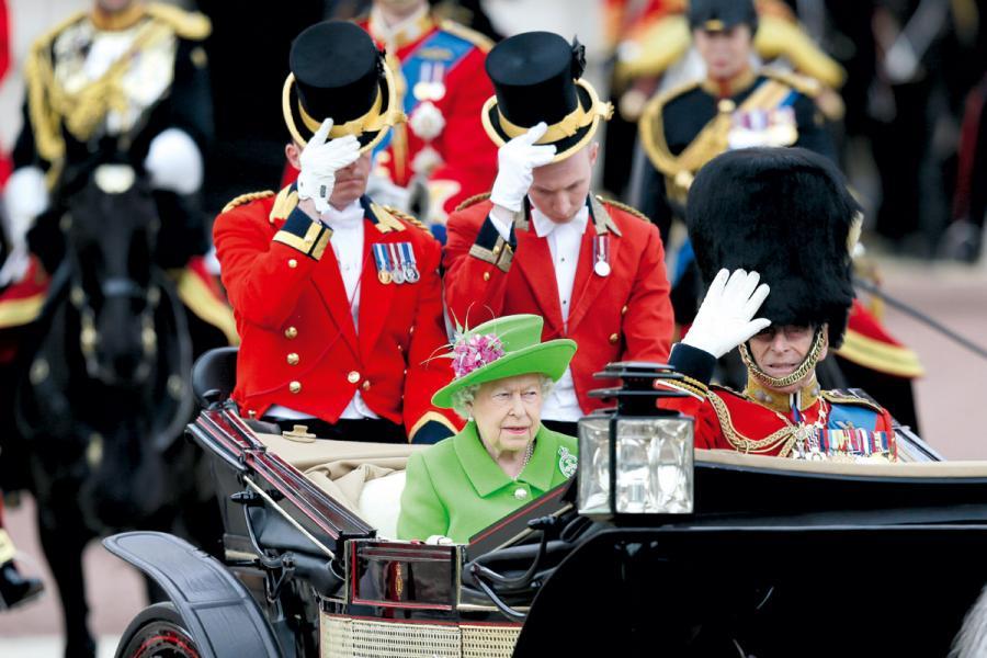 英國是世界首個君主立憲國。圖為英女王與英國皇家衛隊。